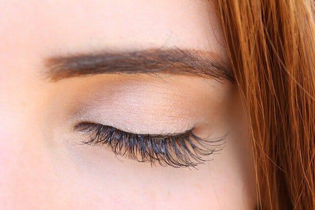 Ögon med långa, tjocka ögonfransar