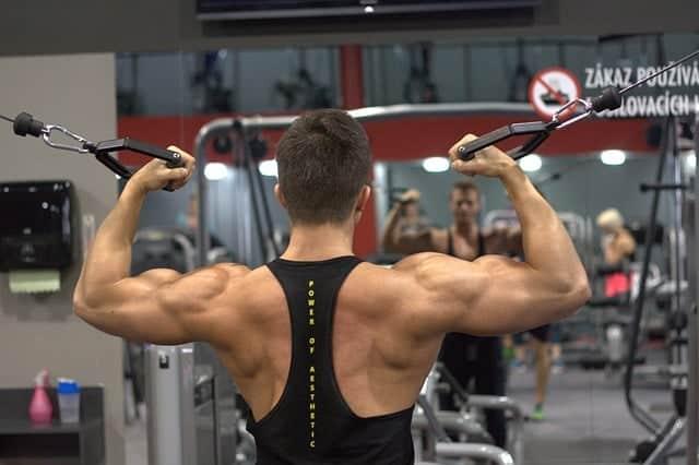 man tränar på gymmet