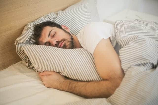 man i djup sömn