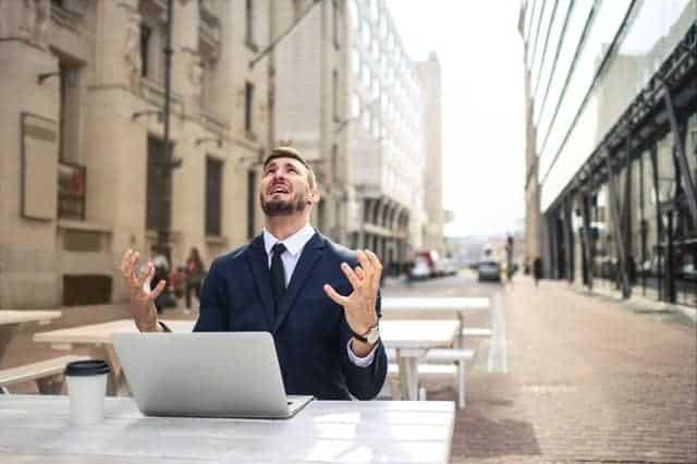 En nervös man som arbetar på sin bärbara dator