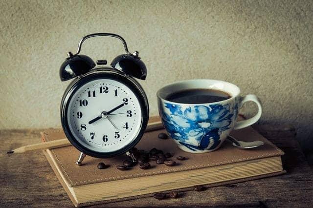en kopp kaffe och en väckarklocka