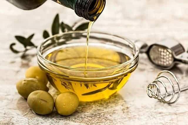 olivolja och gröna oliver