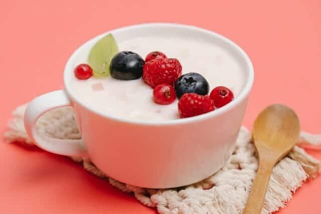Yoghurt med frukt i en kopp