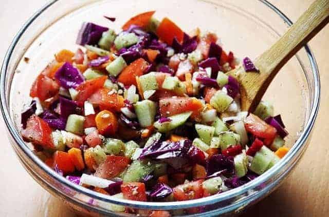 hackade grönsaker i en salladsskål