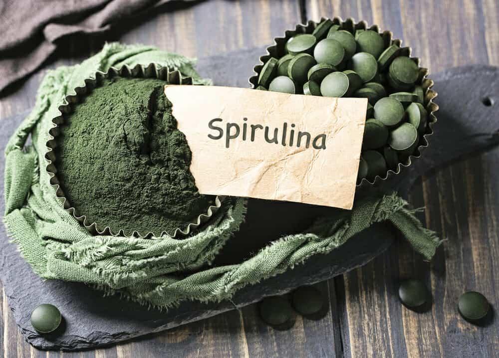 spirulina i tabletter och spirulina pulver