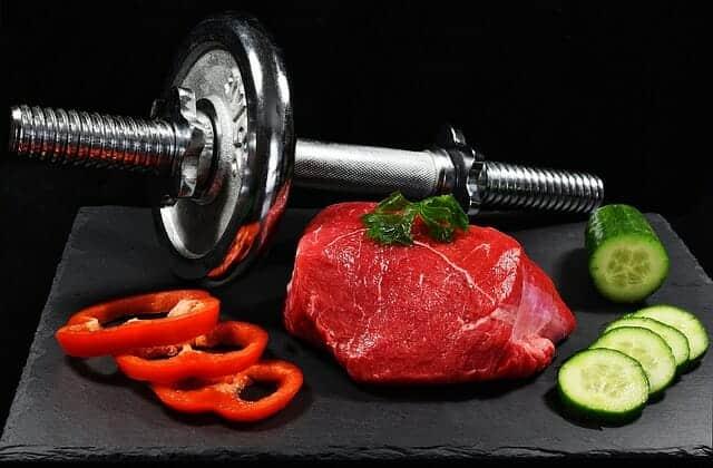 Hantlar, en köttbit och grönsaker