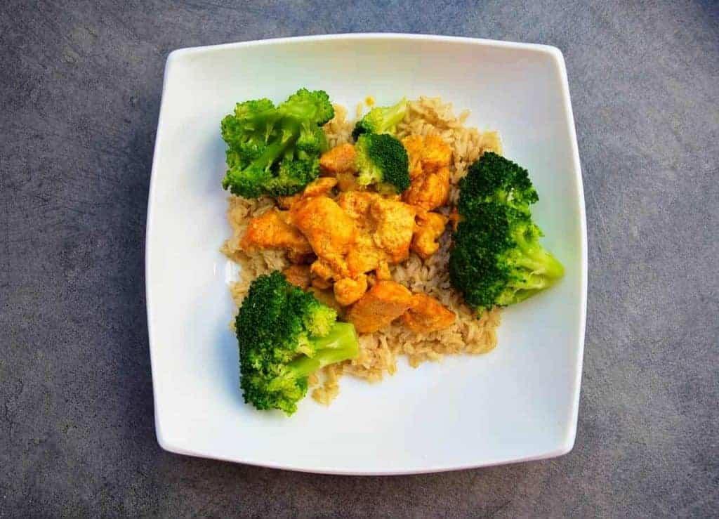 ris med kyckling och broccoli på en tallrik